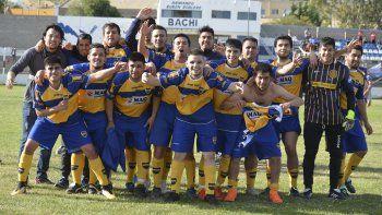 El plantel de Talleres Juniors festeja la consagración ayer en la cancha de Newbery (foto Angel Romero)