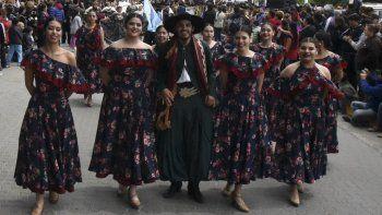 El desfile cívico–militar se desarrolló por la avenida Monseñor Fagnano. En la foto, el paso del grupo de danzas nativas Quienenquen.