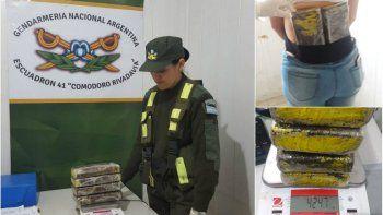 mujeres llevaban mas 4 kilos de cocaina en sus espaldas