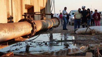 suspendieron la actividad de ypf en bandurria sur por el derrame de petroleo