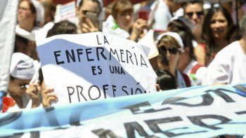 enfermeros marcharon a plaza de mayo para pedir reconocimiento como profesionales