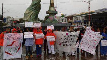 Luego de una marcha bajo la lluvia por avenidas céntricas, el personal de enfermería se concentró en la plazoleta del Gorosito.