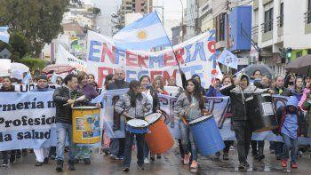 La multitudinaria marcha de los enfermeros y estudiantes de Enfermería por la calle San Martín.