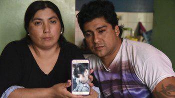 Paola Castro y Omar Bordón creen que Milagros falleció ahogada en la pileta de la escuela por descuido de quienes estaban a su cargo.