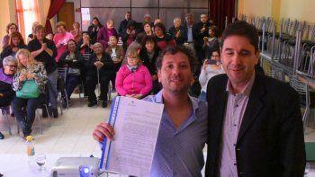 El concejal Pablo Calicate –derecha– entregó al kinesiólogo Juan Manuel Domínguez copia de la Declaración por la cual se declara de interés municipal a las actividades de rehabilitación acuática.