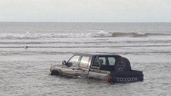 Fue a pescar y su camioneta quedó bajo el agua