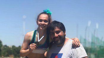 Miranda Recalde junto a su entrenador Rodrigo Pérez. La joven es la nueva dueña del récord provincial en 80 metros con vallas.