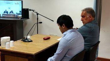 Maximiliano Nehiual junto a su abogado defensor en la audiencia de ayer.