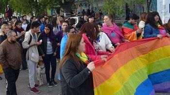 La primera marcha del colectivo LGBTIQ que se realizó en Caleta Olivia, conto con el apoyo de otros sectores sociales y de movimientos de izquierda.