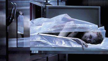 Gran parte de la acción transcurre en un depósito de cadáveres.