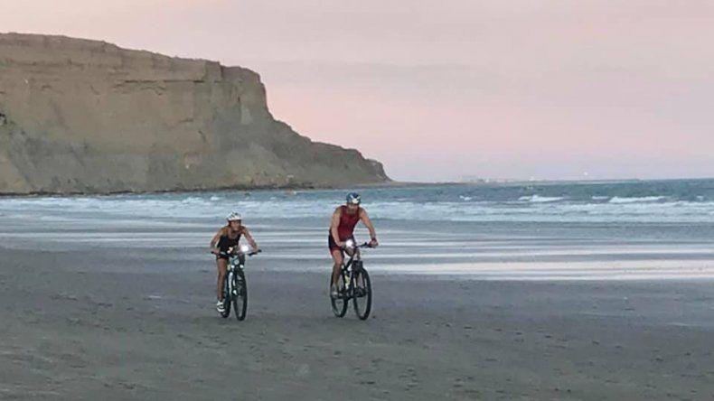 El triatlón nocturno se llevó a cabo el último sábado en la playa de Rada Tilly.