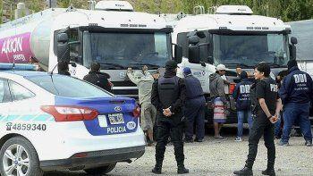 Tres camioneros y siete automovilistas fueron sorprendidos cuando se comercializaba combustible de manera ilegal en una playa de estacionamiento.