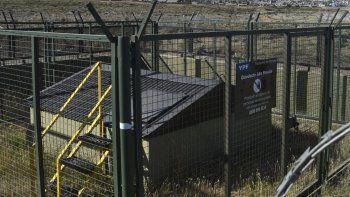 Instalación de ducto de alta presión situada en proximidades de la zona de chacras de Caleta Olivia, donde YPF llevará a cabo hoy un simulacro de derrame de petróleo.