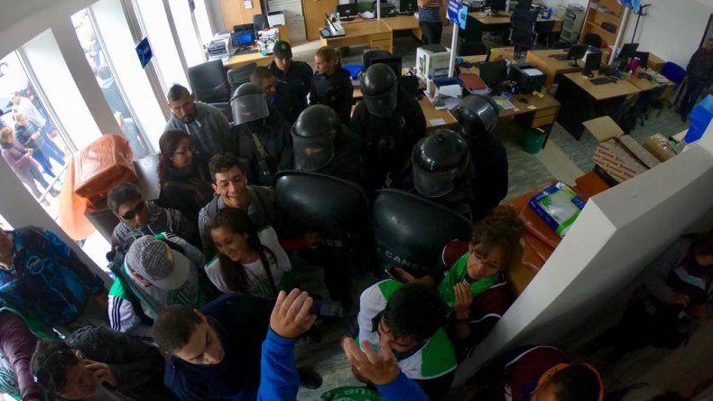 Trabajo dictó conciliación obligatoria pero continúa el paro de los auxiliares