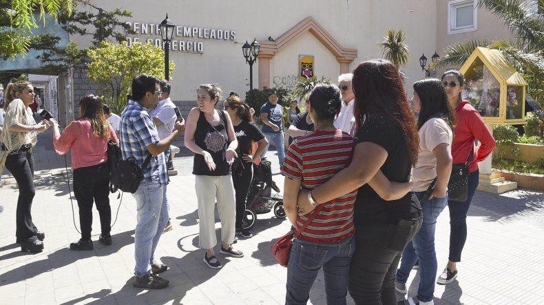 Jorgelina Díaz y Analía Koszel se manifestaron frente al Juzgado de Familia N° 2 en reclamo de la revinculación con sus hijos.