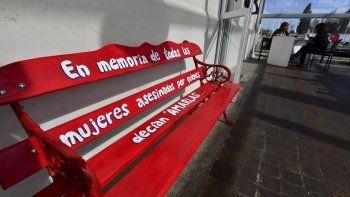 un banco rojo contra la violencia de genero