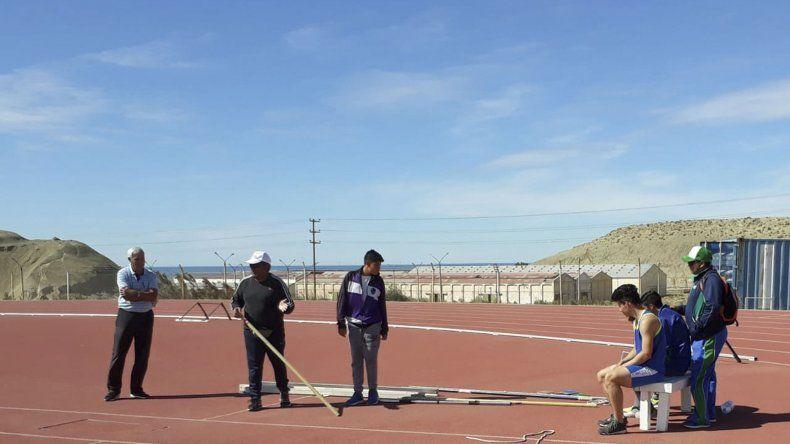 El profesor Gustavo Osorio trabajando en la pista de solado sintético de Kilómetro 4.
