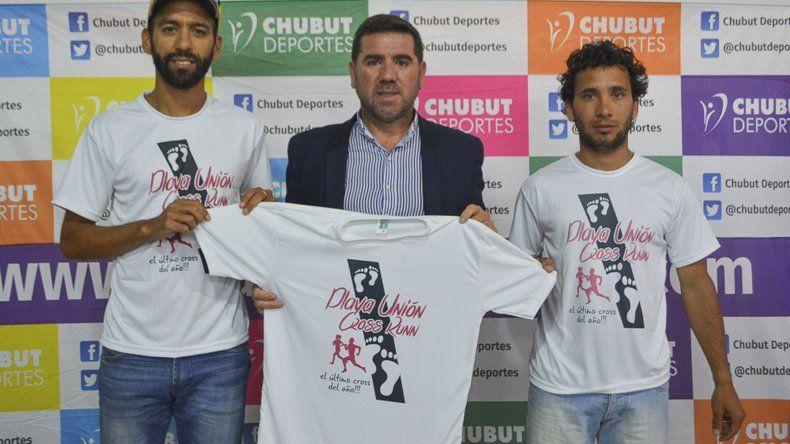 Darío Grillo y Jesús Valle junto a Walter Ñonquepán durante la presentación de la prueba de cross runn que se realizará el sábado en Playa Unión.