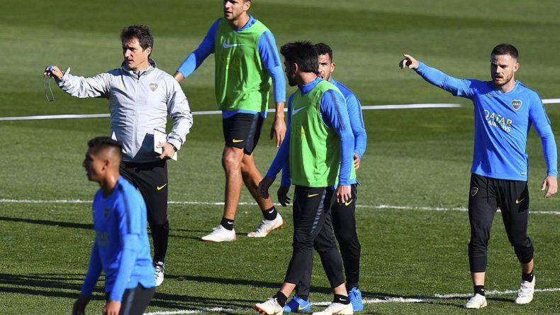El DT Guillermo Barros Schelotto dirigiendo la práctica del plantel de Boca ayer en la capital española.