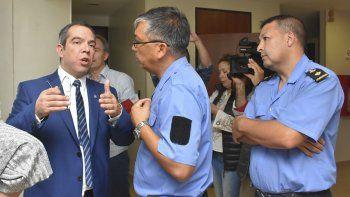 Grazzini habla con autoridades policiales sobre la evacuación del recinto.