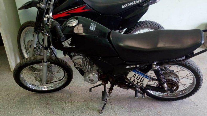 Compró por Facebook una moto sin papeles y con patente adulterada