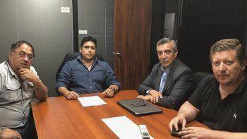 El intendente de Pico Truncado, Omar Fernández (izquierda) fue recibido por el secretario general del gremio petrolero, Claudio Vidal y varios colaboradores.