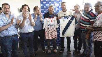 Los presidentes de Newbery y Huracán con la camiseta del rival, junto a autoridades.