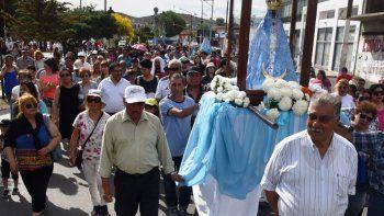 Pese a la elevada temperatura que se registró a media tarde del sábado, alrededor de un millar de fieles católicos protagonizaron la tradicional procesión por el Día de la Inmaculada concepción de María.
