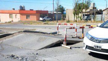 como consecuencia del calor se levanto el asfalto en varias calles de caleta
