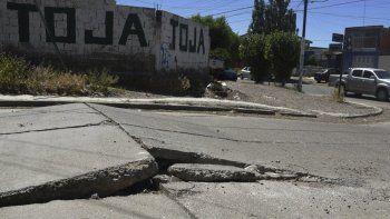 Tramos de tres calles de pavimento hormigonado se levantaron el sábado de manera repentina generando situaciones de peligro para desprevenidos automovilistas.