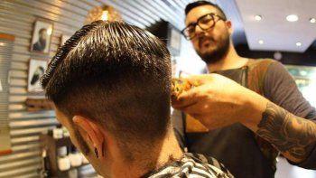realizaran tatuajes y cortes de pelo para recaudar fondos para un merendero