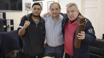 El boxeador Carlos Santana, el intendente Carlos Linares y el periodista Hernán Santos Nicolini.