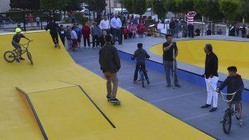La Pista de los pibes permite la práctica de tres actividades deportivas y recreativas. En su diseño también participaron chicos que residen en Cañadón Seco.