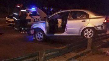 El automóvil que conducía el policía quedó montado sobre el guard rail en la Curva del Papa.