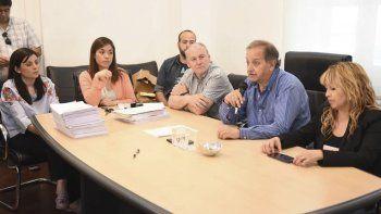 El intendente Carlos Linares y el presidente de la SCPL, Guillermo Jones, encabezaron la apertura de ofertas.