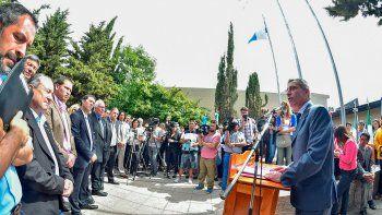 arcioni presidio el acto por el dia del petroleo: pidio trabajo y unidad