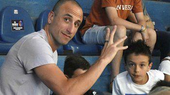 Emanuel Ginóbili saluda en el Osvaldo Casanova durante el partido entre Weber Bahía Basket y Regatas Corrientes.
