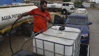 Ayer se incrementó la circulación de camiones aguateros particulares. También se observó a muchos vecinos con camionetas transportando tanques domiciliarios para abastecerse en cargadores comunitarios.