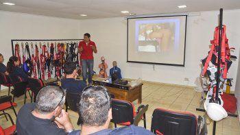 El instructor Gustavo Rasia dicta la capacitación en primeros auxilios y control de sangrado a los policías de Chubut.