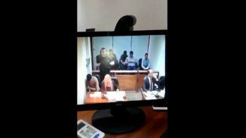 un preso le tiro un tacho a un fiscal en plena audiencia