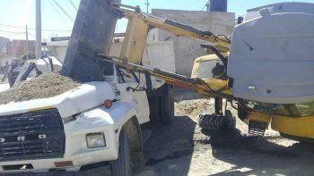 La pala de la máquina vial cayó sobre la cabina del camión.