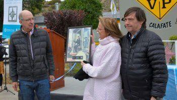 En el distrito El Calafate de Vialidad Provincial, la gobernadora recibió un emotivo obsequio, consistente en un cuadro con la fotografía de su hermano Néstor Kirchner, cuando en 1994 se subió a una máquina de la repartición.