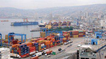Portuarios llevan un mes de huelga en el principal puerto de Chile