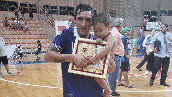 Matías Rima con el premio de mejor jugador junto a su sobrinito Thian.