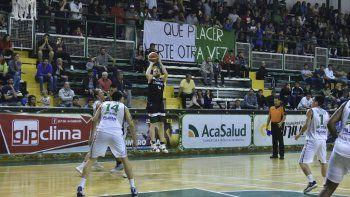 Juan Manuel Rivero convierte de tres puntos en el partido que Gimnasia le ganó a Estudiantes de Concordia.