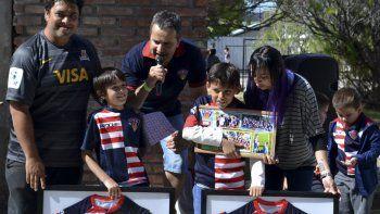 Marcelo Varone, presidente de Comodoro Rugby Club, entregando reconocimientos a los jugadores del rugby infantil del Coirón.