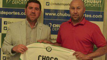 Claudio Lemes junto al presidente de Chubut Deportes, Walter Ñonquepán.