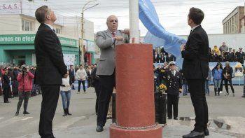 El acto central por el 133° aniversario de Río Gallegos se realizó junto al mástil mayor de la ciudad, ubicado en las esquinas de las avenidas Kirchner y San Martín.