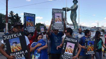 Familiares y amigos del simpatizante xeneize asesinado de una puñalada el 8 de diciembre, marcharon ayer por las calles céntricas de Caleta.