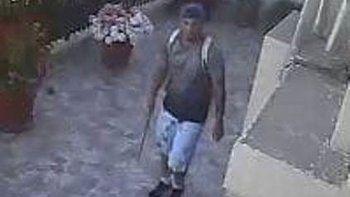 Esta es una de las imágenes del individuo que el jueves fue captado por cámaras de video de dos sitios donde ingresó con fines de robo.